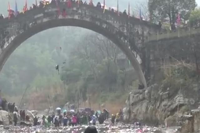 四川20万人踩桥撒钱消灾 桥下村民举渔网捞钱(图)