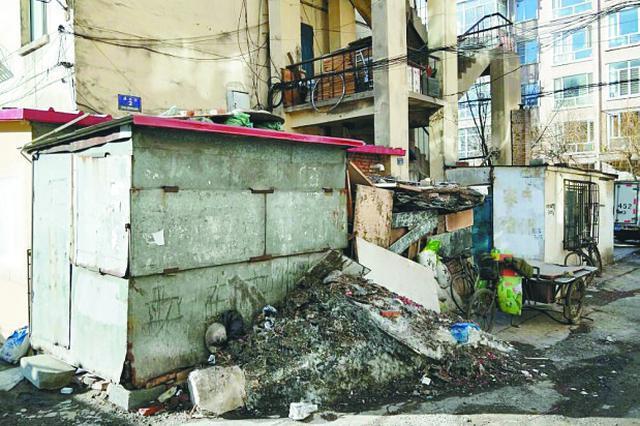 哈市一小区私建板房占堵防火通道 堆放大量易燃废品
