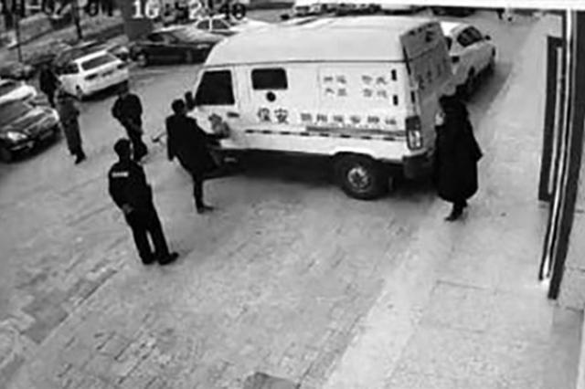 男子踢踹运钞车 押运员拿上膛霰弹枪密切观察(图)