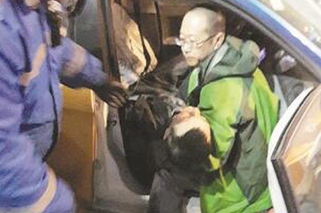 8日凌晨哈市大翻斗与出租车相撞 的哥路人救出伤者