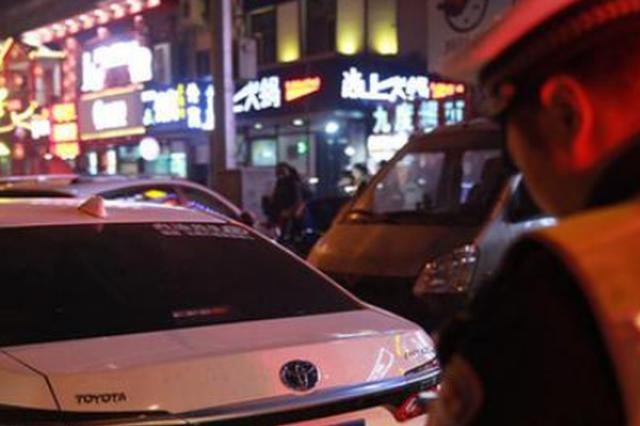 师大夜市旁的哥离交警两米远路中间捡客被罚100扣3分