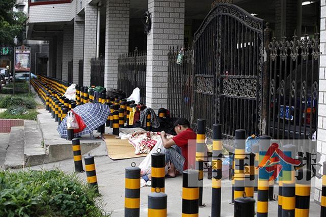 """防流浪人员聚集 广西柳州临街长廊竖满""""梅花桩"""""""