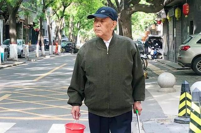 92岁老人每天捡烟头2小时坚持一年多 曾被指作秀