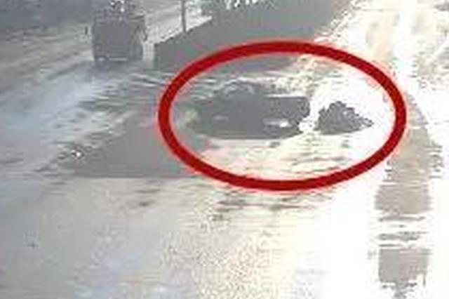 电动车闯红灯被撞要求汽车担责 交警回怼帅翻全场