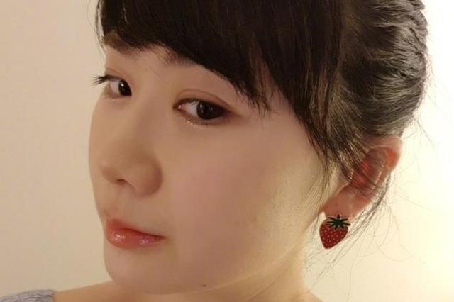 福原爱戴草莓耳环晒自拍 梳丸子头斜刘海可爱加分