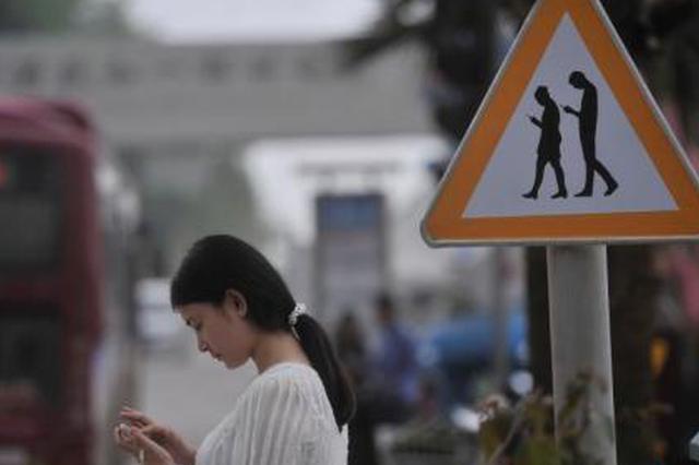 泰国常见低头族 医生警告:手机成瘾或导致肥胖