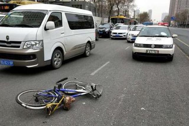哈市一白色SUV撞伤骑自行车男子 自行车严重变形