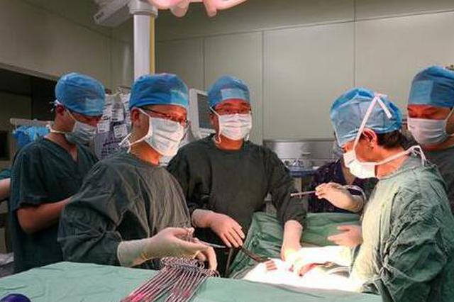 27岁男子肚子胀得像孕妇 医生为他切下11斤重巨大脾
