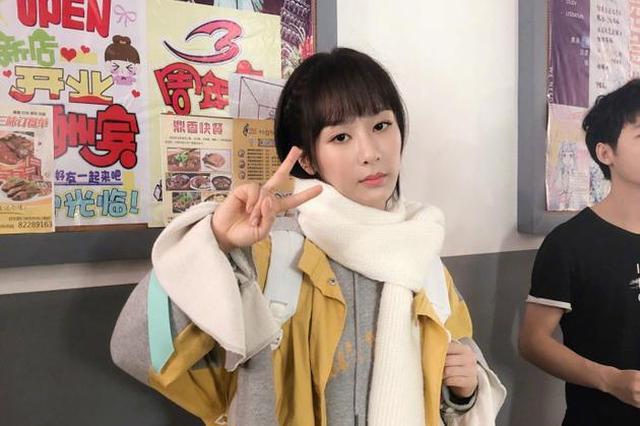 杨紫夏季拍冬装戏无奈比耶 五官精致好似洋娃娃