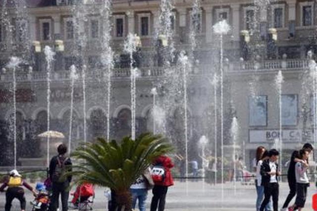 音乐喷泉开启清凉模式 建筑艺术广场成市民亲水乐园