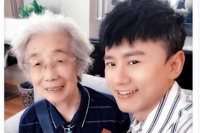 87岁奶奶粉与张杰亲密合照 为偶像爱女录制催眠曲