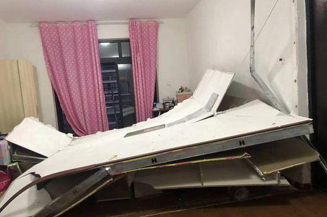 女子凌晨被雷电惊醒 房间隔断墙突然倒下压床上