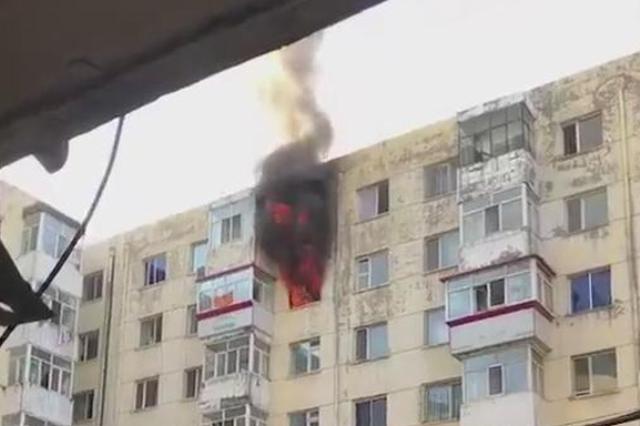 哈市金河小区起火 消防员冲上7楼抬出被困男子