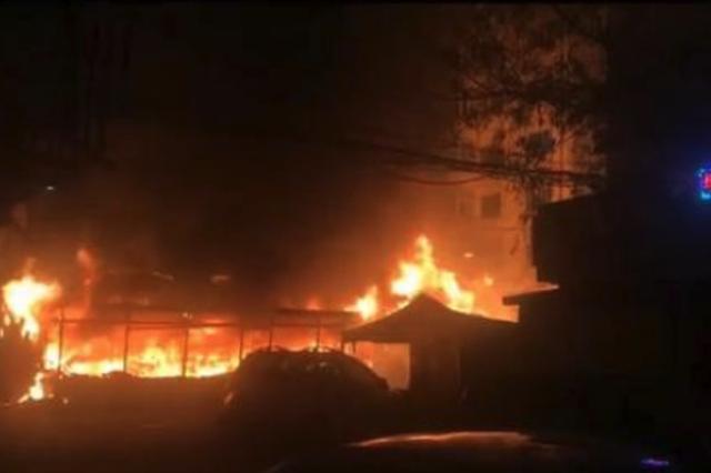 19日夜间 哈尔滨红旗小区三家路边摊位起火 幸无伤亡