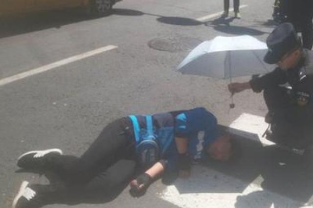 30℃大热天外卖小哥被撞倒 路人献伞警察为其遮阳