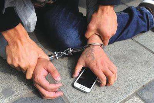 """乘客丢手机刚要查监控 男子自称""""拾金不昧""""还手机"""
