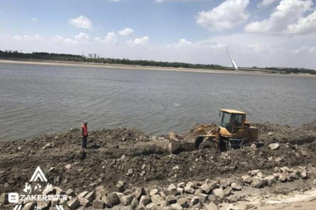 挖掘机在哈尔滨松花江边犁地 主要为江堤重新加固