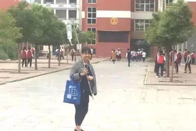 女教师肩扛输液杆照片走红:从医院偷跑打点滴上课