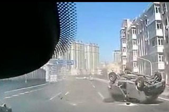 哈尔滨二环桥上小客车被轿车撞飞 连续翻滚数周
