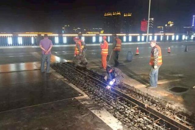 伸缩缝进行更换 哈尔滨市公路大桥半幅封闭