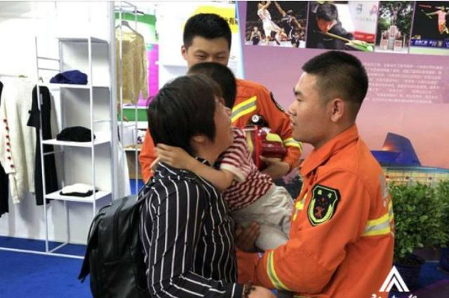 五岁儿童哈洽会走失 消防队员帮忙找到妈妈