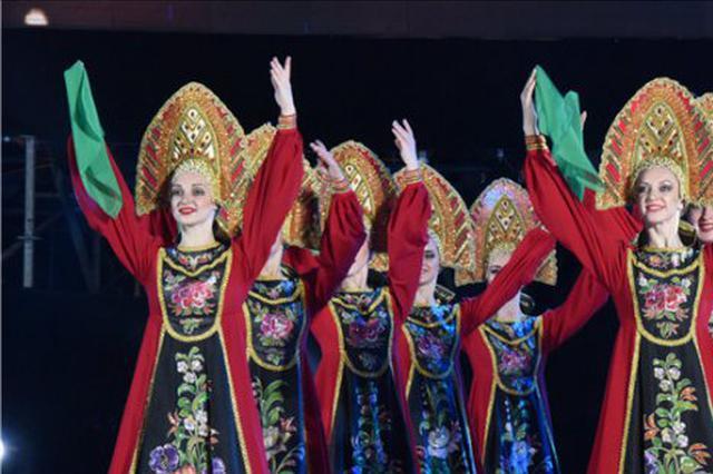 """黑龙江横渡大赛""""小白桦""""舞蹈团表演来中俄文化大集"""
