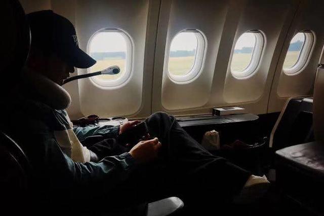 黄晓明乘飞机突遇机舱冒烟 从容不迫继续淡定练歌