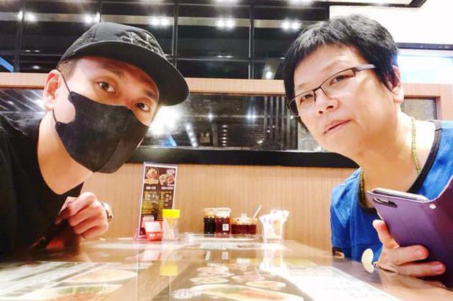 黄宗泽戴口罩与母亲自拍 放假陪家人吃饭被赞孝顺