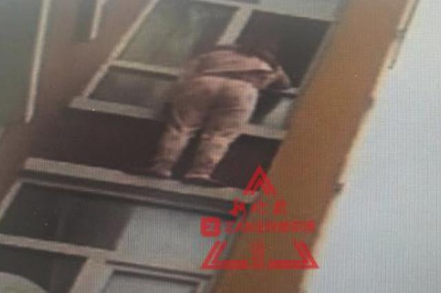 妻子欲跳楼被丈夫拽住僵持在窗外 民警调举高车救援