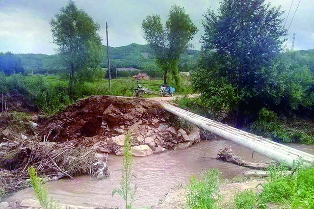尚志光辉十九屯一场大雨桥塌了 过河只能走水泥管