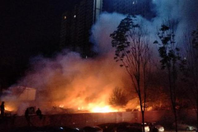 凌晨南岗尤家街一废品站突发大火 消防战士扑救3小时
