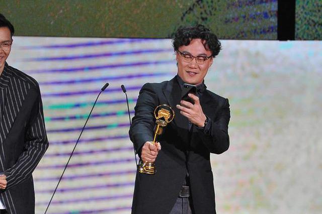 金曲奖陈奕迅获奖先拍照 连领2次笑:拿很多东西走