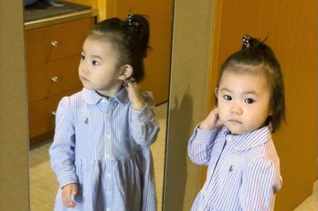 """陈冠希女儿Alaia被精心打扮 对镜""""臭美""""大眼呆萌"""