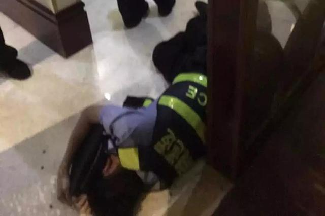 男子冒充警察在酒店内攻击市民夺枪袭警 已刑事拘留