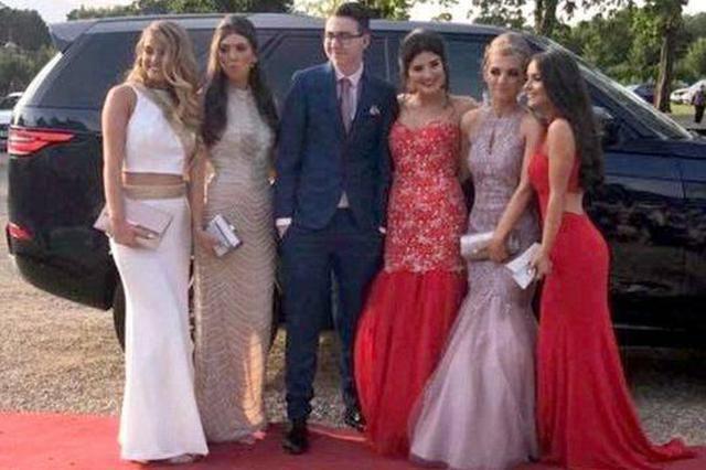 男孩没朋友独自参加舞会 5个美少女看到决定陪他