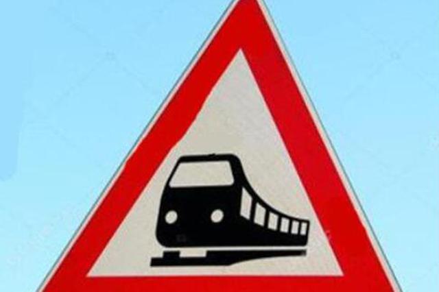 哈铁通报:货车与火车相撞系货车抢越道口