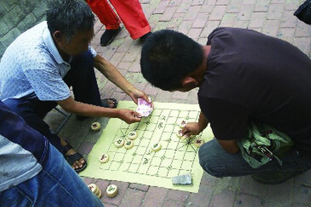 揭秘街头象棋残局骗局:一堆托表演 按比例分赃