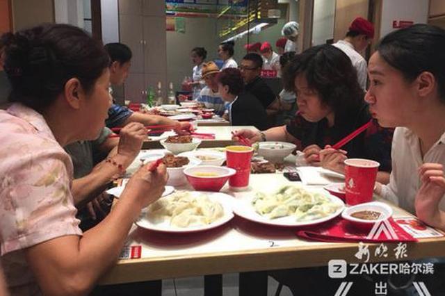 冰城人对头伏饺子是真爱:外卖售罄餐馆排队销量翻倍