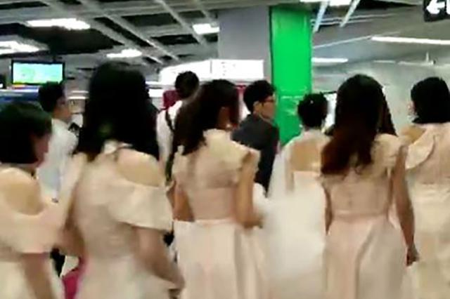 24岁新娘乘地铁当婚车:觉得酷 比攀比豪车好(图)