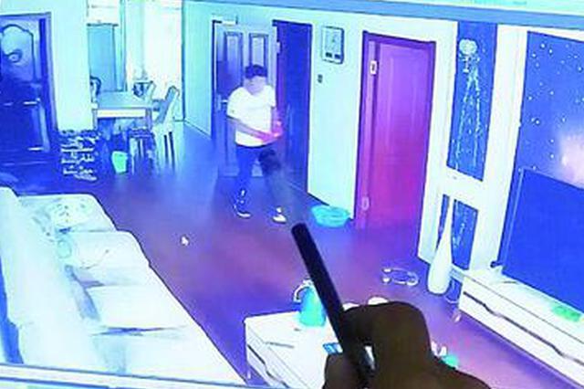 哈市男子爬雨水管入室盗窃 被居民家摄像头全程直播