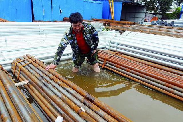 大雨引发积水倒灌 哈市化工路古铁市场业户被迫停业