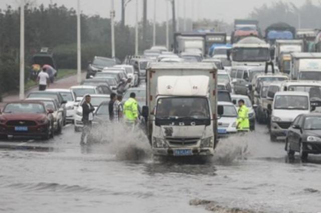 暴雨后这些积水严重路段 因他们全力保障才安全顺畅