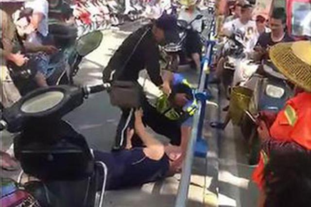男子逆行撞人还殴打辅警 警方:打人者智力残疾