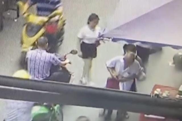 吸毒女抢劫85岁老人遭反抗 衣服被撕仅剩内衣逃跑