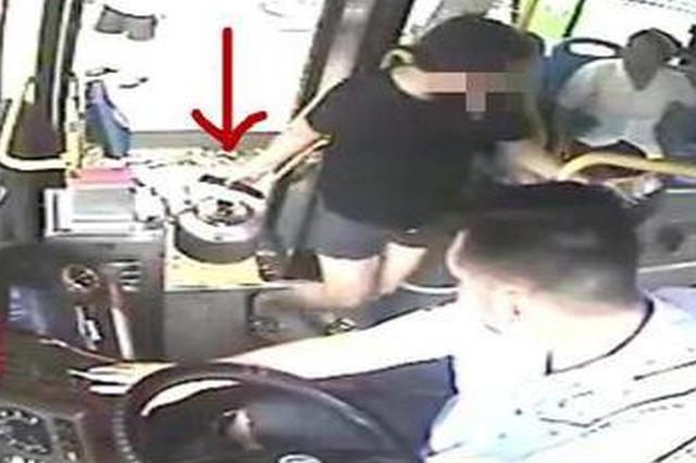 女子三伏天提汽油乘公交被拒载 全车乘客点赞司机