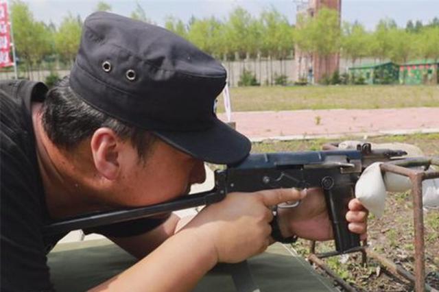 这些警察实弹射击枪枪十环 7秒分解重组手枪