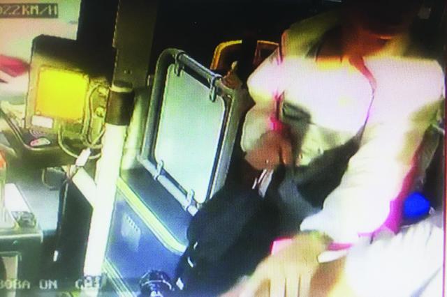 女乘客要求遭拒发飙撕扯公交司机酿车祸获刑拘