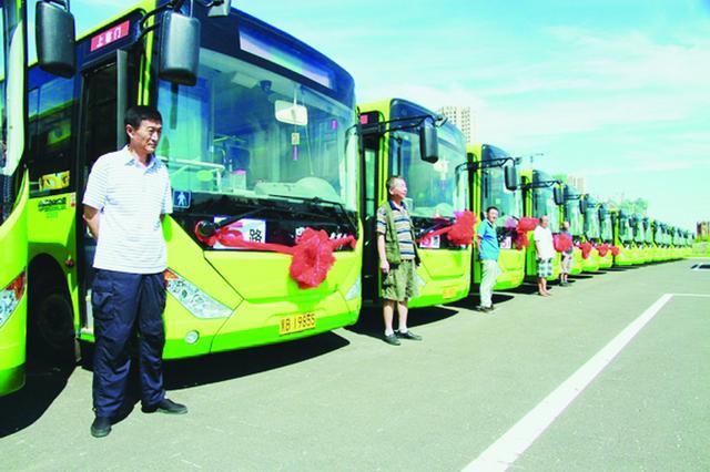"""从""""大辫子""""到新能源 老司机见证鹤城公交变迁"""