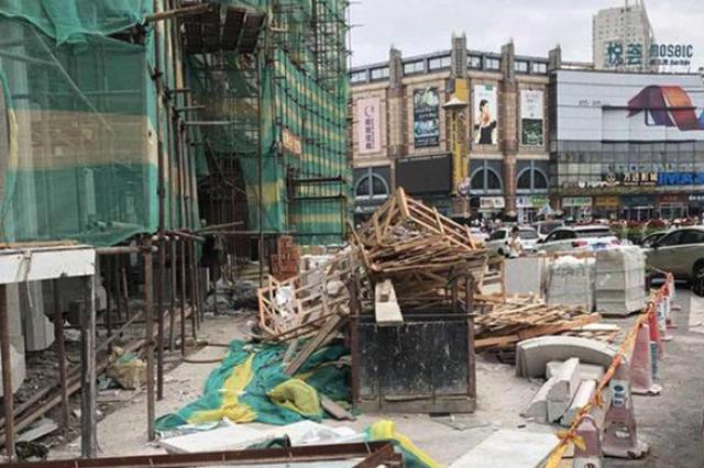 """紧挨防洪纪念塔 """"新凯莱""""建筑垃圾堆路边影响太差"""