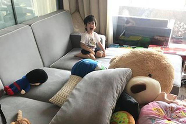 林志颖晒客厅照满屋玩偶 儿子玩躲猫猫双腿抢镜